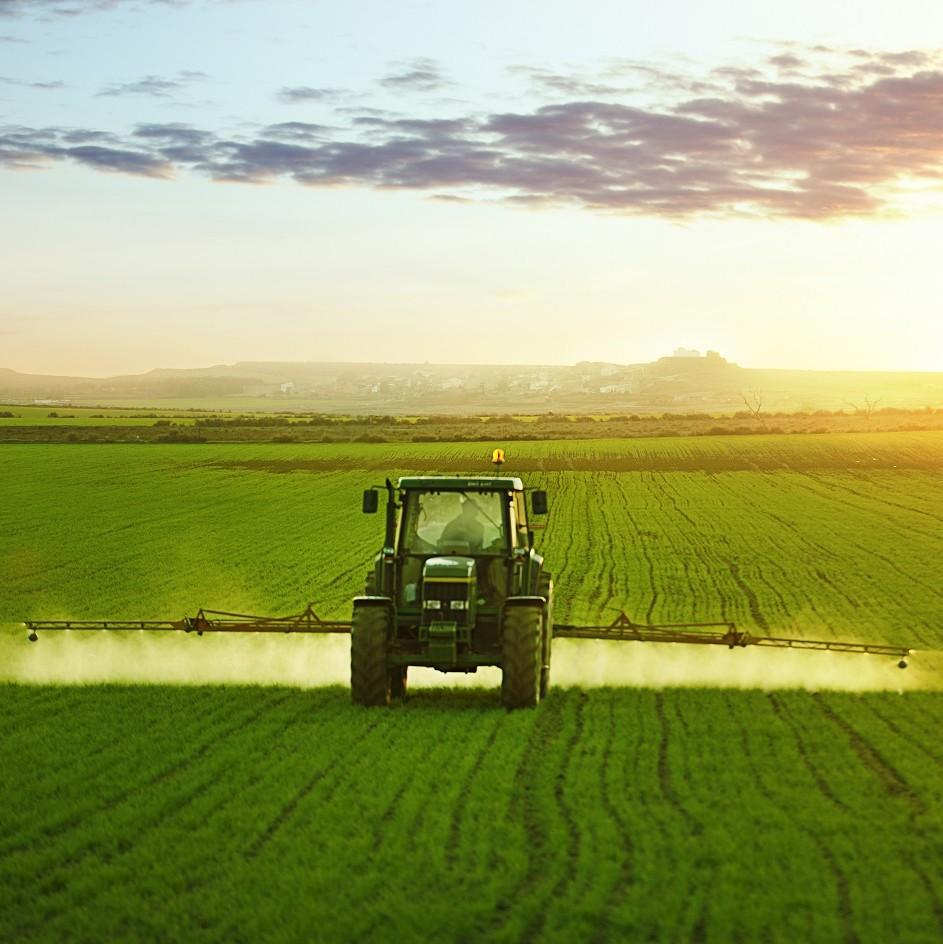 Traktor düngt bestelltes Feld