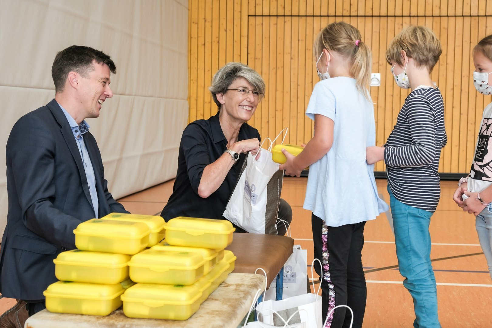 Judith Moog übergibt die Biobrotboxen an die Erstklässler der Afra-Grundschule in Meißen